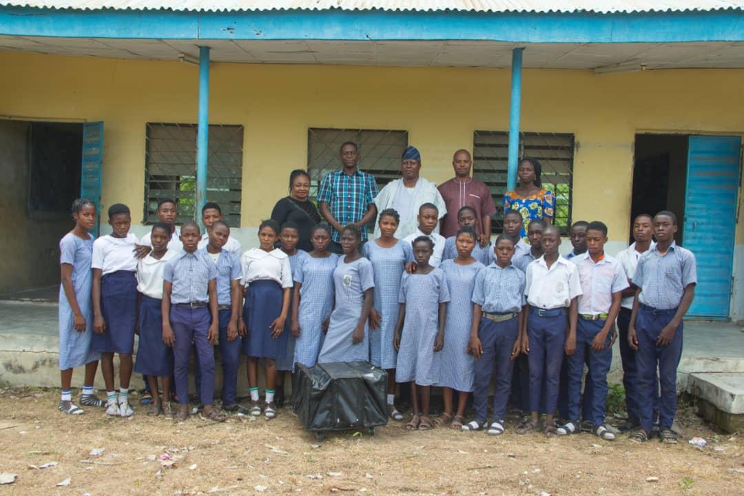 Comr. Odunjo donates laboratory kits to Obbo-ile Community High School